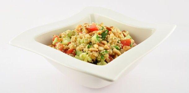 """Deze verfrissende quinoa salade is een afgeleide van een traditioneel Arabisch gerecht """"Tabouleh"""". In deze versie wordt echter gebruik gemaakt van quinoa in plaats van couscous. Hierdoor is het gerecht gemakkelijk te verteren om dat het een alkaliserend effect heeft op je lichaam. Je krijgt hiervan dus meer energie vergeleken bij hetzelfde gerecht met couscous."""