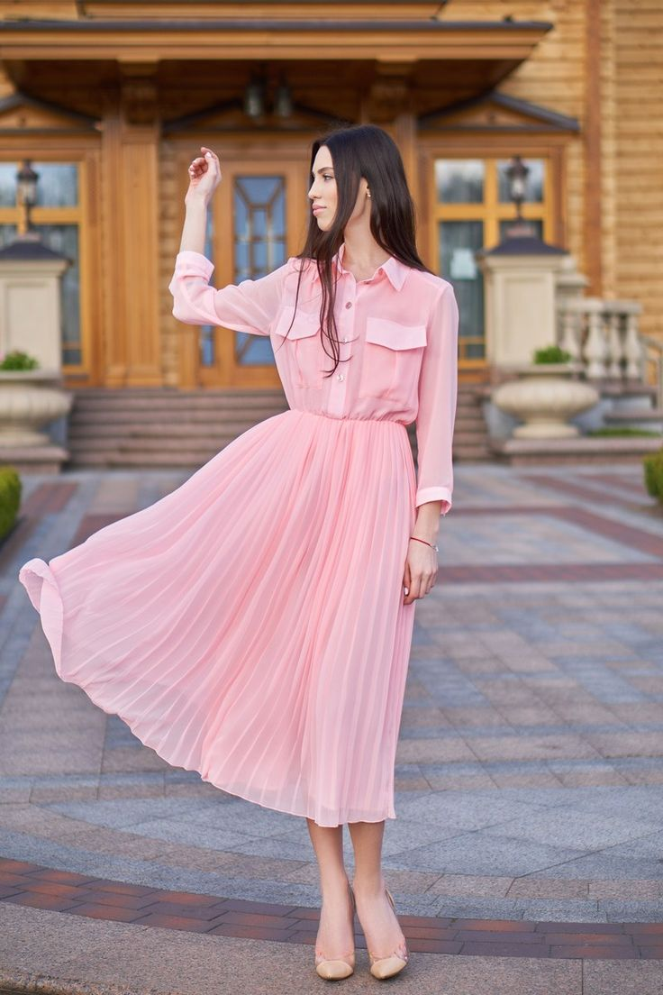 Нежно-розовое платье из плиссированного шифона
