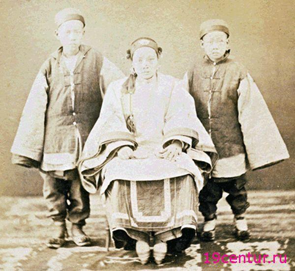 Китайская женщина с изуродованными ногами и ее младшие братья. 19 век.