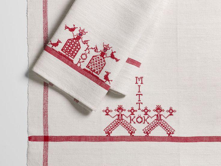 Kökshanddukar blir också extra fina med lite märkning. Av Monica Hallén ur boken Brodera på linne. (Foto Hemslöjdens förlag)