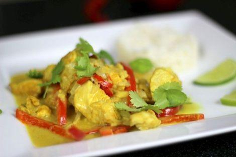Przepis na Kurczaka z Mlekiem Kokosowym po Tajsku - aromatyczny kurczak przyprawiony kurkumą, który poddusił się w mleczku kokosowym, nie zaszkodzi sprawdzić
