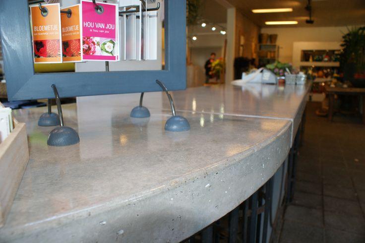 Winkelbalie van beton in bloemenwinkel. Om het blad te beschermen tegen intrekkende zuren, is het afgelakt met een 2k epoxylak #veghel NL #betondesign #ontvangstbalie #toonbalie #roel-s #roels   Flowershop concrete top #concretedesign