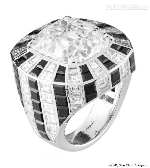 Bague Abstraction        Diamant de 15,54 cts (qualité DIF type 2A), spinelles noirs et diamants.
