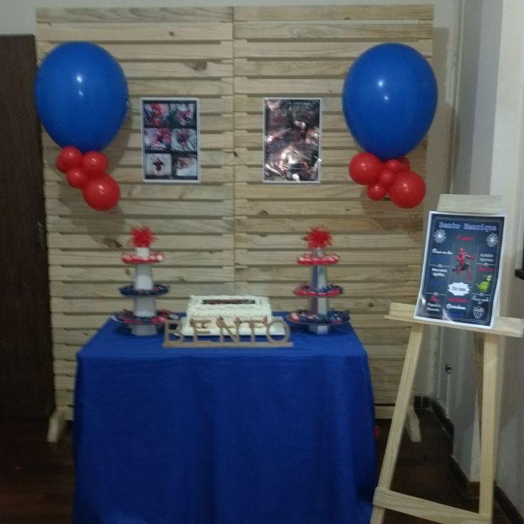 Aluguel painel palete para festa infantil em BH, balões com gás hélio
