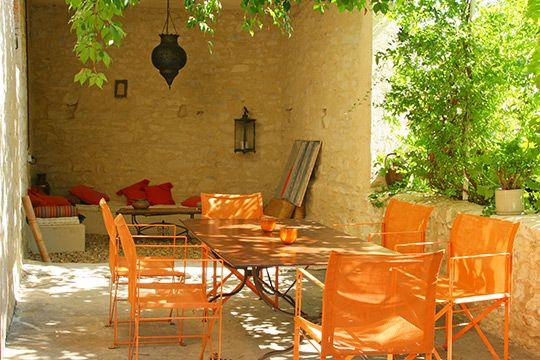 Chez Felisa, la douceur de vivre se cultive au quotidien, entre les quatre murs d'une ancienne maison vigneronne. Dans ce petit village de Saint-Laurent des Arbres, à quelques kilomètres au nord d'Avignon. A l'ombre des vignes vierges et des lauriers envahissant les tonnelles en fer forgé. Au fond, entre des vieilles pierres blanchies, un petit salon marocain prend sa place sur un pavé de galets. ❤
