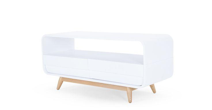 De Esme mediameubels zijn van massief gebogen hout en hebben een elegante moderne vorm.