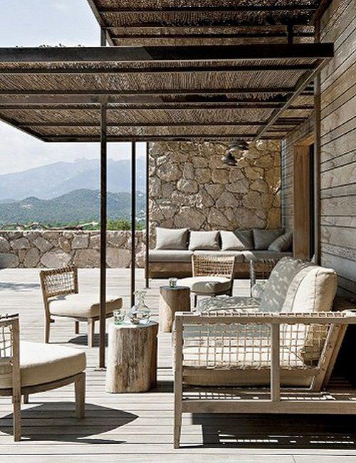 Terraza de la casa de la Colina, en Córcega. Foto: Nicolas Matheus • House on the Hill in Corsica #Natural Style