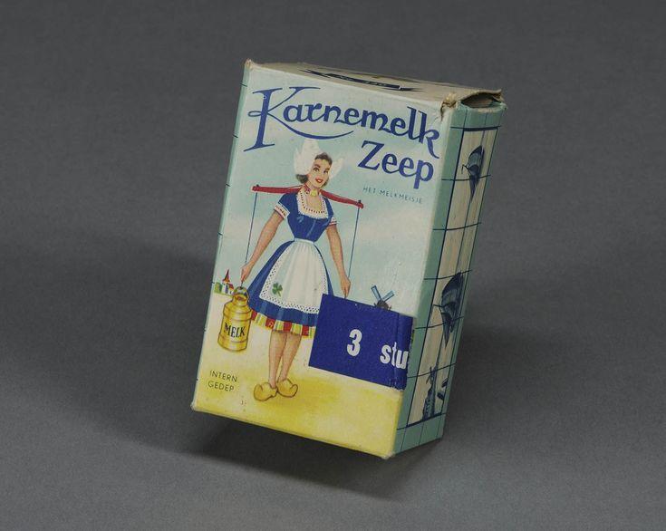 Doosje, verpakking van Karnemelkse zeep met vrije afbeelding van Volendammer vrouwendracht.N.V. Zeepfabriek Het Klaverblad, Haarlem #NoordHolland #Volendam