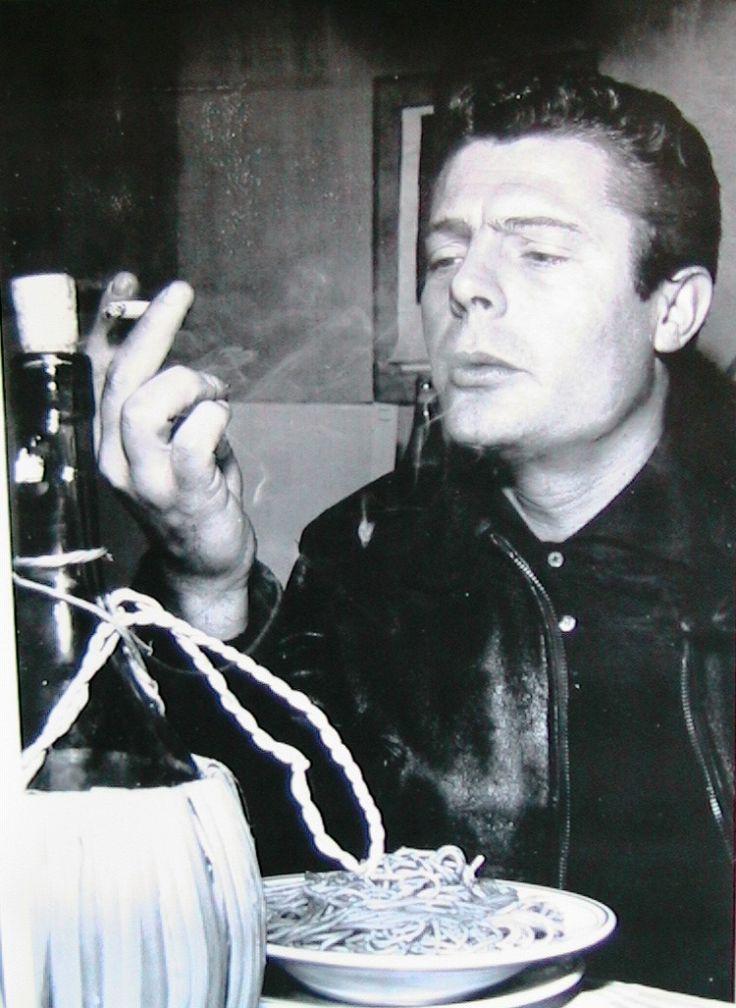 Mastroianni fuma davanti a un piatto di spaghetti | celebrities & food