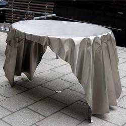 Artikel: Tafelkleed illusie Afmeting: Handgevouwen en omzoomd, ca. 112cm x ca.81cm x ca. 75cm (L, B, H) Materiaal: RVS Prijs:€795,– Foto 1/2