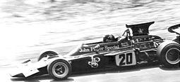 Emerson Fittipaldi pilotando o modelo 72D, no Grande Prêmio da Áustria de 1972.  Lotus Cars – Wikipédia, a enciclopédia livre