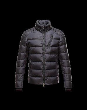 MONCLER SEBASTIEN  Faites confiance à Moncler pour vous permettre d'affronter le froid avec style. Chic et si réconfortante, cette veste doudoune brillante saura être la note trendy de votre hiver et se portera aussi bien à la ville qu'à la montagne.Techno fabric / Turtleneck / Knitted cuffs / Three pockets / One inside pocket / Zip / Feather down inner / Logo / StitchingComposition:100% Polyamid  €350, Jusqu'à -71%  Acheter maintenant…
