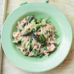 Makaron ryżowy ze szparagami i pieczonym łososiem | Kwestia Smaku