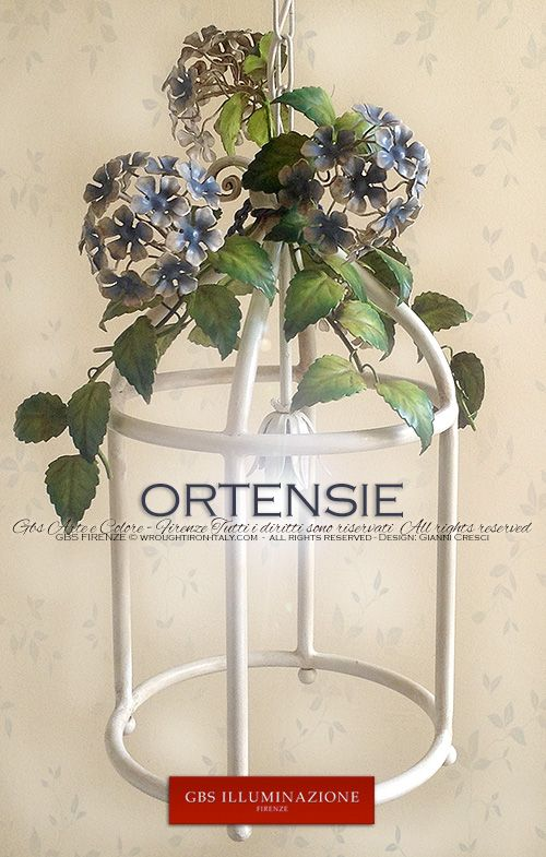 Lanterna Ortensie. Ferro battuto e decorato a mano. Finitura in smalto invecchiato. Il Country romantico di GBS. Design: Gianni Cresci. Made in Italy. GBS Firenze. All rights reserved.