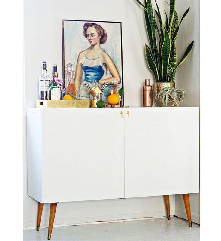 Pinterest: 10 DIY pour embellir ses meubles IKEA—On envie ce placard, parfait pour sublimer notre chambre à coucher. On le copie en fixant à un meuble BESTA (365 $) les pieds en bois d'une chaise vintage et des poignées de porte en cuivre. Encore faut-il une caisse à outils et un bon doigté!