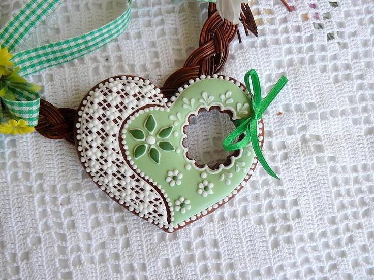 Perníček - srdce Glazovaný perníček zdobený bílkovou polevou. Cena je za 1 ks ve velikosti 9 cm,balený v celofánu. Tento výrobek není určen k jídlu,je pouze dekorační.