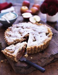 Nyd en lun og lækker æbletærte i den mørke tid. Her får du en opskrift på svampet amerikansk æbletærte, hvor du nemt kan trylle dine æbler til en sød æbletærte.