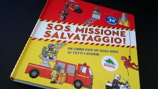 S.O.S. MISSIONE SALVATAGGIO è un librone pop-up in cui i protagonisti sono uomini e donne eroi di tutti i giorni: poliziotti, vigili del fuoco, medici