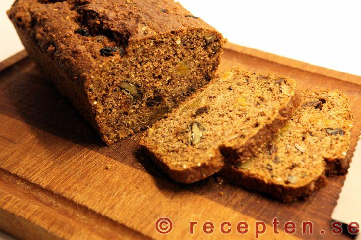 Julbröd - Enkelt recept på julbröd som doftar jul och pepparkakor. Brödet är fyllt med nötter, russin m.m. och är fiberrikt och riktigt gott!