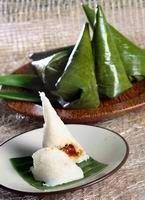 Ombus-ombus adalah makanan khas  berasal dari daerah Siborongborong. Kue ini terbuat dari tepung beras yang diberi gula di tengahnya dan dibungkus dengan daun pisang. Nama ombus-ombus diambil dari tradisi bahwa saat membuat kue itu harus menghembuskan napas.