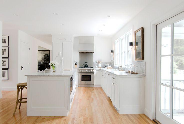 Une immense cuisine blanche légèrement rétro