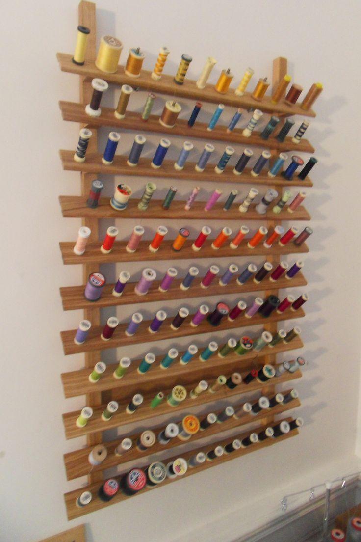 support à bobines fils à coudre (127 emplacements) fait avec des clous et du chêne. (10h de travail) Support son sewing spools (127 pitches) made with nails and oak. (10 hours of work)