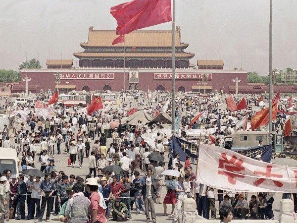 En abril de 1989, el expresidente del Partido Comunista chino Hu Yaobang, un hombre visto como un reformista liberal, murió. Estudiantes e intelectuales se reunieron en la plaza de Tiananmen como parte de una manifestación pro democracia después del funeral de Hu.