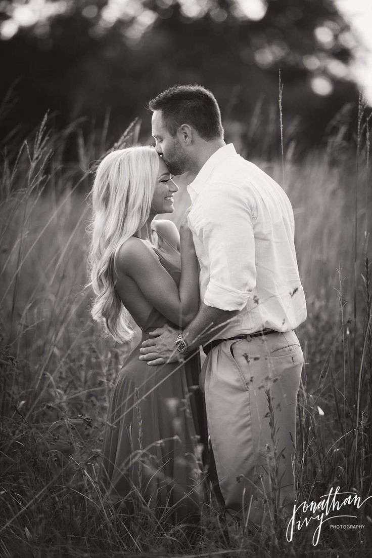 Engagement Photo in Field Romantic #Engagement #Romantic