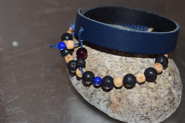 BLACK AND BLUE -Náramek s minerály Lávový kámen, Granát, Zkamenělé dřevo, Lapis lazuli a posvátná bazalka se zapínáním šambala v tmavě modré barvě. Dozdoben kulatým medailonkem Impronte ve stříbrné barvě.Druhý Tmavě modré barvy, šíře 1,5 cm, zapínání na patent, dozdoben minerálem Lapis lazuli, Granát , Lávová kamen a posvátná bazalka, s vyraženou stopou Impronte.