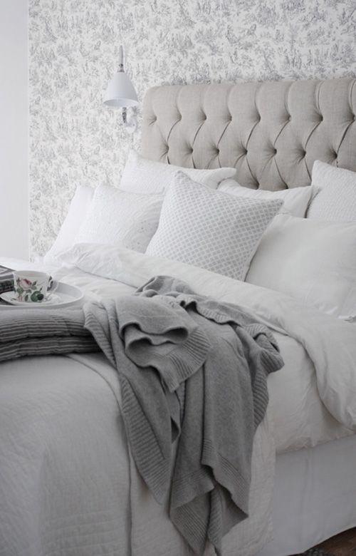 Sänggavel i textil. Ljusa textiler. Gillar tekoppen.