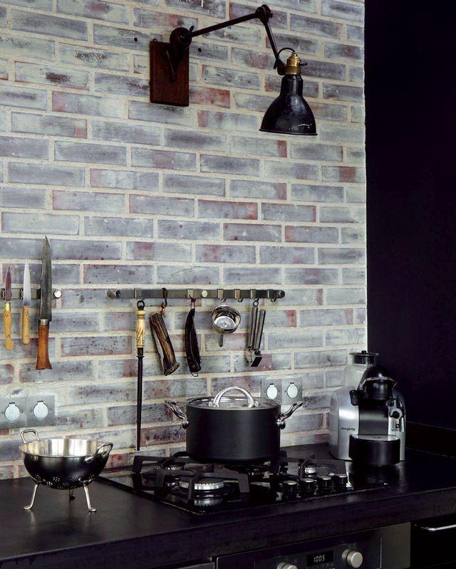 Briques véritables collées sur le mur (2 cm d'épaisseur, Briqueteries du Nord), patinées avec une lasure blanche.                                                                                                                                                                                 Plus