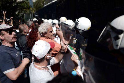Environ 20 000 fonctionnaires en grève ont défilé mercredi à Athènes et dans d'autres villes grecques contre une réforme brutale du secteur ...