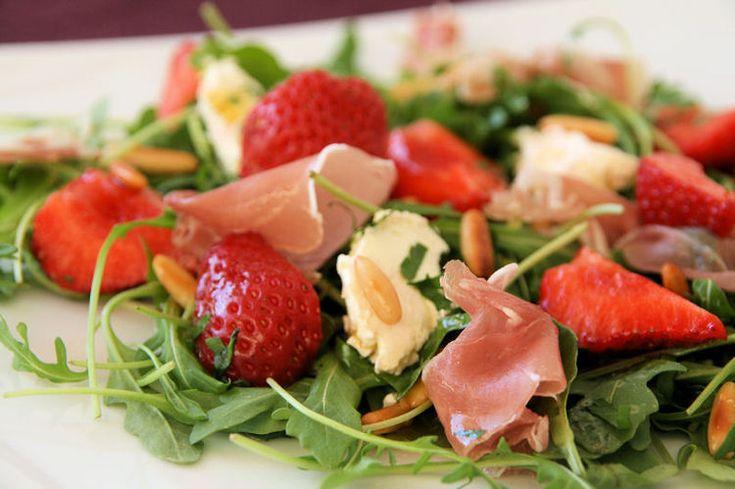 Repas rapide et diététique.  Salade de roquette, fraises et Bresaola. Roquettes et tomates Fraise Bresaola Mozzarella  (<12%) Pâtes froides