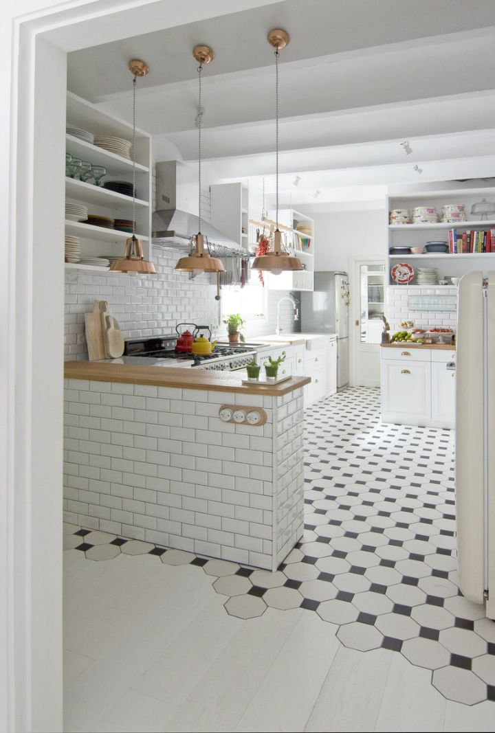 Love this flooring transition. I'm sure the tile and hardwood installers loved it too!!