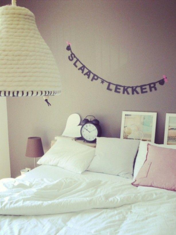 Slaapkamer met een leuke slinger aan de wand