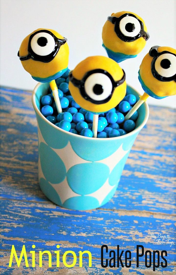 For all those Despicable Me and Minion fans, create these easy minion cake pops! Great for kids parties or an after school treat.
