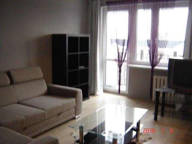 Do wynajęcia bardzo przytulne i ciepłe mieszkanie o powierzchni 49 m2 na osiedlu Wieniawa, mieszkanie składa się z 2 pokoi umeblowanych, kuchni z meblami i wyposażeniem, przedpokoju, łazienki nowocześnie urządzonej z wanną. Opłaty miesięczne: odstępne 800 zł   (czynsz 400 zł, internet 50 zł , prąd, gaz - według rachunków)   kaucja do negocjacji. Preferowany wynajem co najmniej rok.  Mieszkanie czyste i zadbane, spokojni sąsiedzi, mieszkanie usytuowane południe-północ. Dostępne od zaraz…