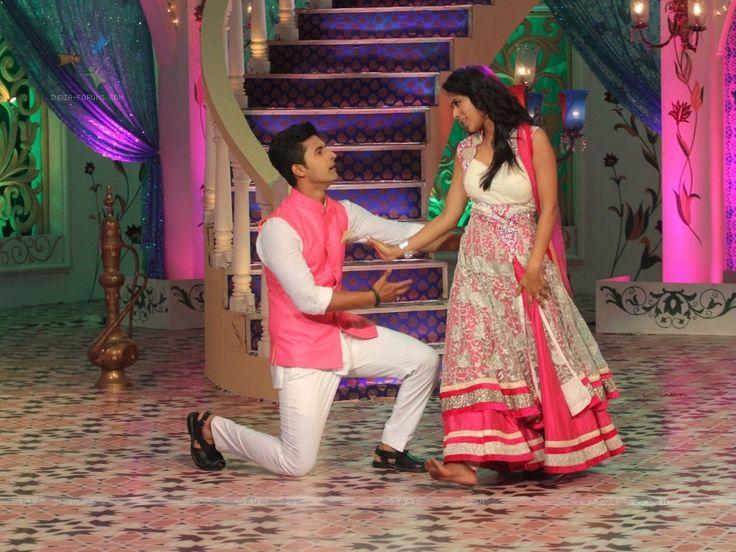 ravi-dubey-and-nia-sharma-at-their-dramatic-pose-at-dawaat-e-eid