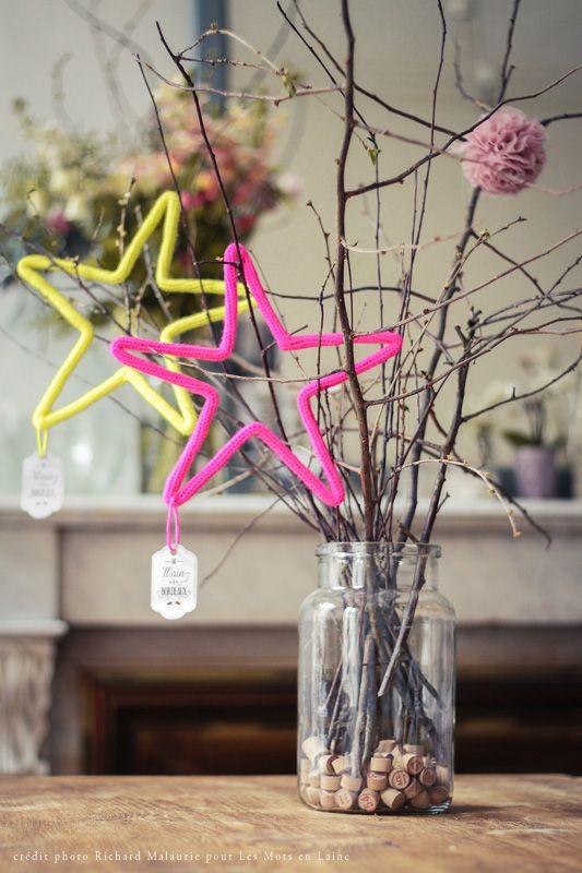 Les mots en Laine:Etoiles en laine jaune fluo et rose fluo · Bordeaux blog.lepetitflorilege.com crédit photo: Richard Malaurie
