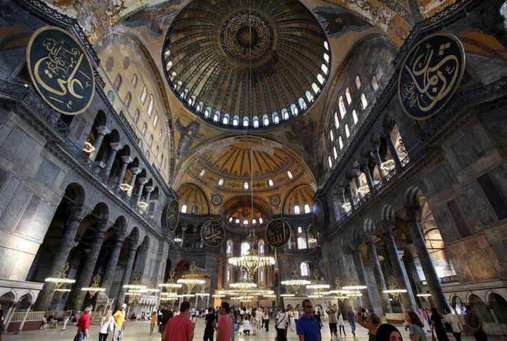 Yılda 3 milyon kişiyi ağırlıyor Mimarisi ve sanat tarihi bakımından dünyanın baş yapıtları arasında kabul edilen Ayasofya'yı yılda ortalama 3 milyon kişi ziyaret ediyor.: http://fotogaleri.ntvmsnbc.com/galeri.aspx?galleryId=18732