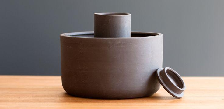 Pot-in-pot Cooler のオシャレ版、ついに!インテリアとしても最適。さりげないオフグリッドライフな贈り物にどうですか?…と思ったのですがこれは非電化な植木の水やりポットでした…でもいい!〜〜〜A Zeer Pot ancient - Tìm với Google