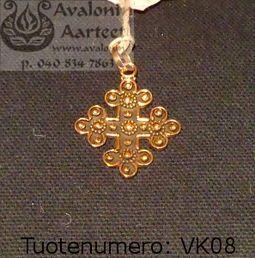 Viking age / medieval age jewel, bronze: Cross / Viikinkiajan / keskiajan pronssikoru: Risti