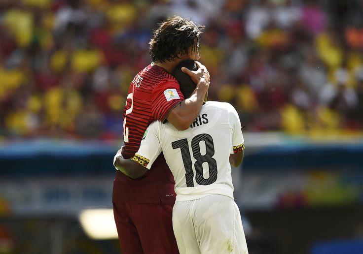 Bruno Alves e Abdul Majeed Waris abraçam-se depois de colidirem REUTERS  DYLAN MARTINEZ