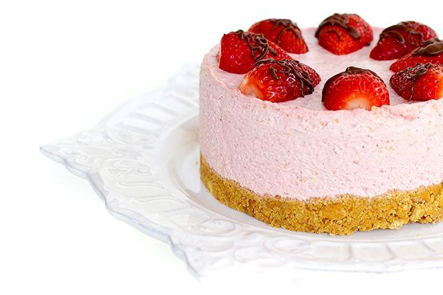Nu am facut multe cheesecake-uri pana acum (asta e a doua sau a treia reteta pe care o incerc), dar prevad multe repetitii si variatiuni pe tema, mai ales ca tot ce tre' sa faci e sa amesteci niste ingrediente si sa dai tortul la frigider in loc de cuptor. Asa ca la vara, cand …