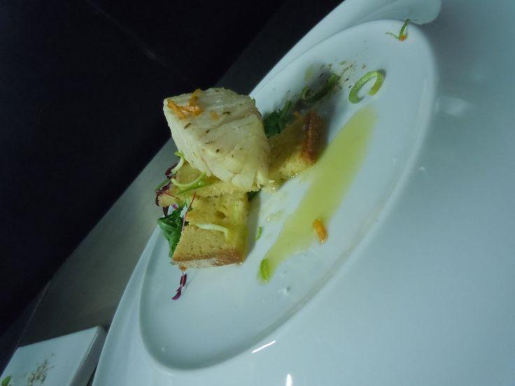 bacalhau curado em citrinos (lima e tangerina), broa crocante e sua rúcula.