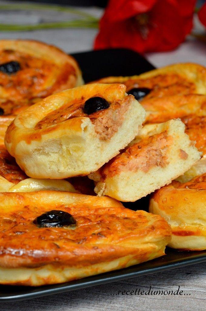 Hello! Aujourd'hui je vous propose des petites barquettes toutes moelleuses garnies façon quiche au thon. Cette pâte j'adore la cuisiner, je décline aussi en pizza, en petits pains farci (...) un régal ! La pâte; . 250g de farine . 50g de semoule extra-fine...