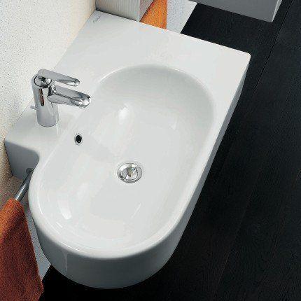 Lavabo en céramique blanche au côté droit arrondi et angle au côté gauche.