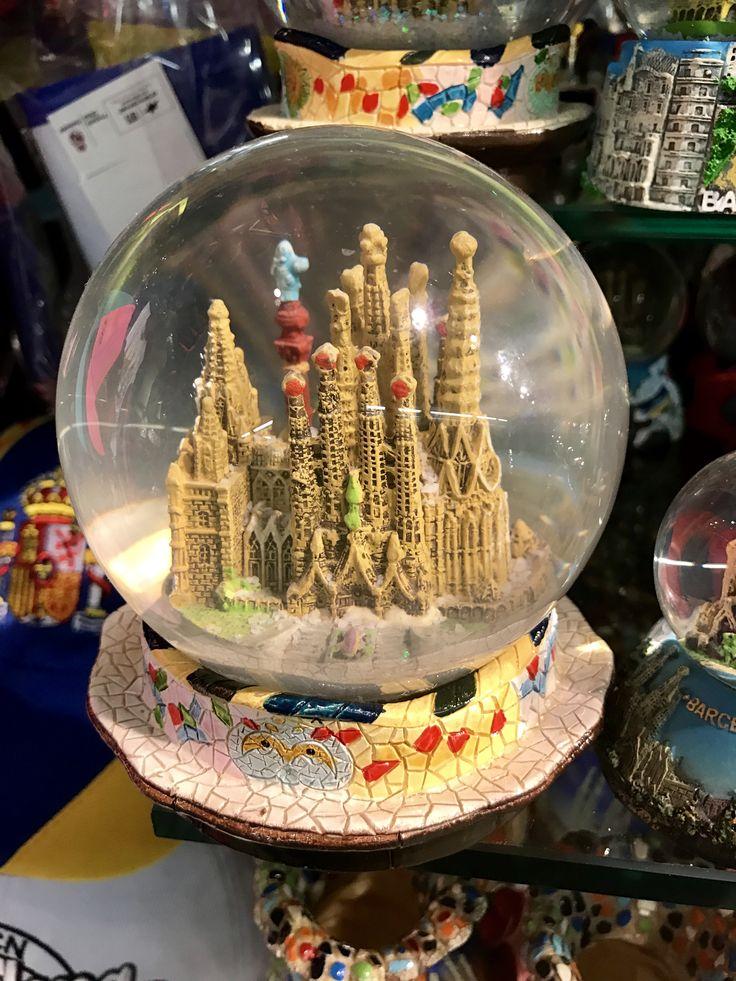 El globo de nieve es una mezcla de la Sagrada Familia y un banco de Parc Güell. Se puede ver lo importante que es Gaudí en el mundo turístico.