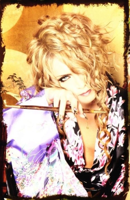 #kamijo #visual kei #japanese.  Now why can't I look this good in make-up? Sexiii <3