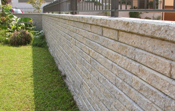 Come costruire una recinzione in pietra? Quando si tratta di delimitare una proprietà, la soluzione è proprio quella di costruire una recinzione in pietra
